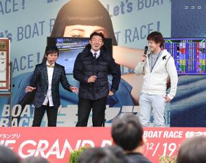 飯田(右)とトークショーで盛り上げるソフトバンク・内川(中)