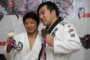 内柴(左)へプロレス参戦をオファーしている佐藤光留