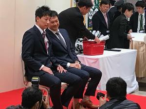 阪神・岩崎(左)と岡崎
