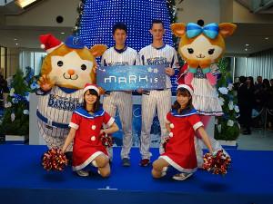 トークショーを行った乙坂(後列左から3人目)と須田(同2人目)
