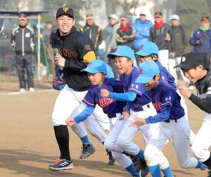 参加した子供たちと一緒に笑顔でダッシュをする宇佐見(左)