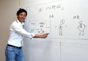得意のプレゼンで自身の置かれた立場を説明する江尻慎太郎さん