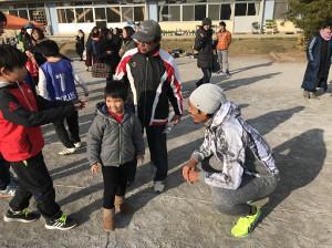 流山市内で開催したサッカー大会で地元の子どもたちとふれあう千葉FW指宿(右)