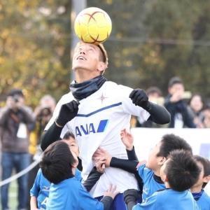 子供たちとボールを奪い合うゲームの中で、ヘディングでボールを子供たちに取られないようにする本田圭佑