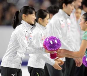 平昌五輪の日本代表に選ばれ、花束を受け取る坂本花織(カメラ・相川 和寛)