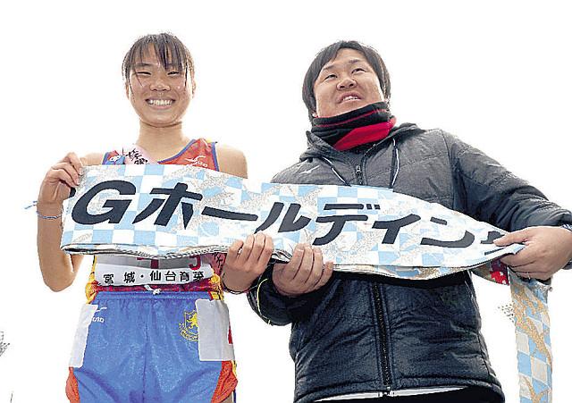 笑顔をみせる仙台育英・木村(左)と釜石監督