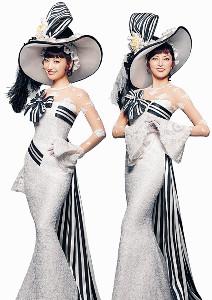 イライザの衣装姿を披露した朝夏まなと(右)、神田沙也加
