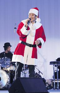 サンタクロースの衣装で歌声を響かせた舘ひろし