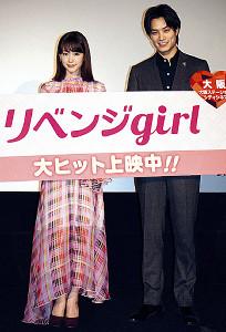 大阪で舞台あいさつを行った桐谷美玲(左)と鈴木伸之