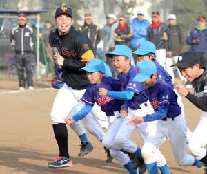 野球教室に参加した子供たちと、一緒にダッシュをする宇佐見(左)(カメラ・関口 俊明)