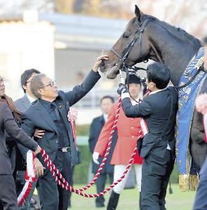 引退レースで有終の美を飾ったキタサンブラック。出迎えた馬主の北島三郎は顔をそっとなでてねぎらった(カメラ・竜田 卓)