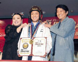 黄金のヘルメットをかぶった桐生(中)は渡辺直美(左)、坂上忍からGP初制覇を祝福された