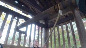 三井寺で鐘を突く米国人男性(C)テレビ東京