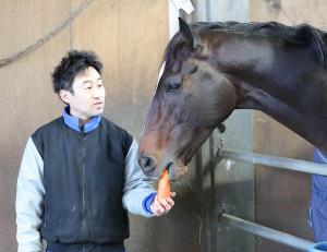 有馬記念から一夜明け、辻田義幸きゅう務員から好物の人参をもらうキタサンブラック