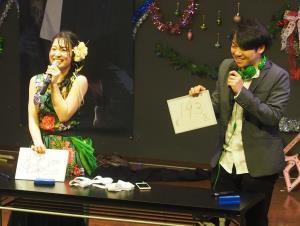 仮面女子・桜雪の生誕祭でクイズ対決を行った伊沢拓司氏(右)
