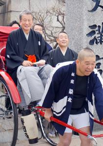 林家染太(手前)が引く人力車に乗って大阪天満宮を参拝した桂春之輔(後方左)