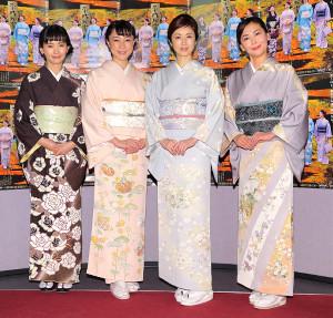 フォトセッションで笑顔を見せる(右から)中山美穂、高岡早紀、伊藤歩、中村ゆり