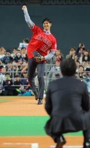 エンジェルスのユニホームを着てく栗山監督(手前)にボールを投げる大谷(カメラ・中島 傑)