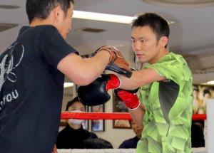 公開練習で、田中トレーナーを相手にミット打ちをする五十嵐俊幸