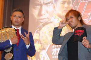 新日本プロレス1・4東京ドーム大会のメインイベントで激突するIWGP王者・オカダ・カズチカ(左)と内藤哲也