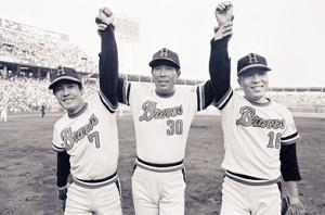 阪急が勝利した77年日本シリーズ第2戦。投打のヒーロー、足立(右)と福本(左)の手を上げる監督の上田さん