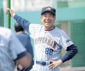 日本ハム監督時代の99年、沖縄・名護キャンプで満面の笑みを見せる上田さん