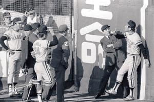 78年日本シリーズ第7戦、ヤクルト・大杉の左翼ポール際の打球をめぐり、審判に猛抗議する阪急監督時代の上田さん