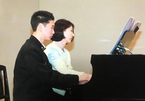 ピアノを弾く淳生さん(左)と母・晶子さん(遺族提供)