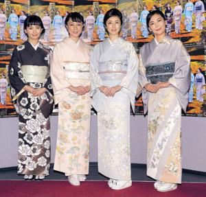 着物姿で笑顔の(右から)中山美穂、高岡早紀、伊藤歩、中村ゆり(カメラ・森田 俊弥)