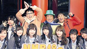 NMB48メンバーとの番組収録を終えた(後列左2人目から)ロバートの馬場裕之、秋山竜次、山本博