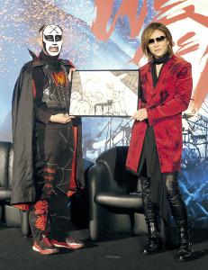 上映会で鉄拳(左)からイラストを贈られたYOSHIKI