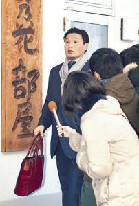 25日午前、相撲協会の事情聴取に応じるため部屋を出る貴乃花親方(カメラ・川口 浩)
