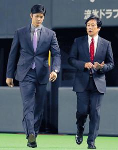 並んで会見場に向かう大谷(左)と栗山監督