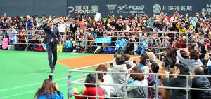 札幌ドームに集まった大勢のファンに手を振る大谷(左)