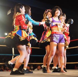 川村虹花(右から2人目)のMMAデビュー戦を祝福したアリス十番メンバー