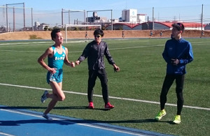 青学大の箱根駅伝登録メンバーから外れた選手による学内記録会で力走する石川(左)。近藤(右)、下田(中央)ら登録メンバーは全力で応援した