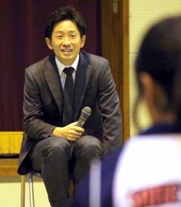 講演会を行い、参加者の質問にこたえる浦和DF宇賀神友弥