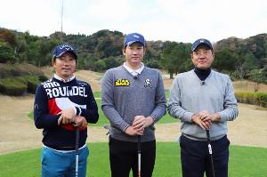 テレビ初共演でゴルフ対決した(右から)原辰徳さん、巨人・菅野と深堀圭一郎プロ(C)BSジャパン