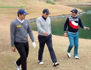 テレビ初共演でゴルフ対決した(左から)巨人・菅野、原辰徳さんと深堀圭一郎プロ(C)BSジャパン