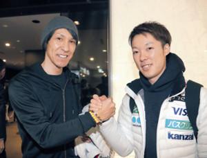 出発を前に小林潤志郎(右)と健闘を誓った葛西紀明