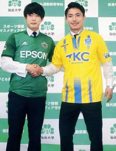 Jクラブ入団が決まり、握手を交わす山田(左)と川上