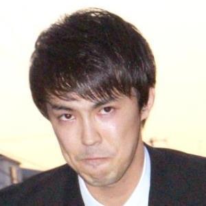 釈放後、頭を下げた清水良太郎被告