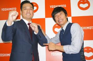 腎臓がん摘出から仕事復帰した藤崎マーケット・田崎佑一(左)と、田崎の患部付近を指さす相方・トキ