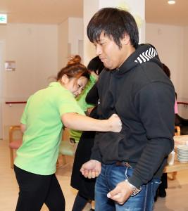 プロ格闘家の介護士・REICAのパンチを受ける平田