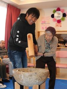 106歳の女性と餅つきする平田