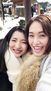 月桂冠のウェブ動画「『すき、つき、レシピ』 ブリしゃぶ仕立ての雪見鍋編」に出演中のモデル・千梨(右)、裕美