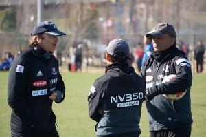 青空ミーティングを行う(左から)モンバエルツ監督、松原コーチ、レヴィコーチ
