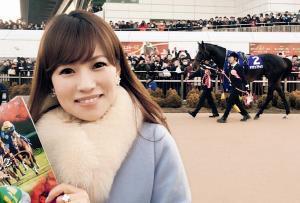 有馬記念のパドックでキタサンブラックと写真に納まる田中歩アナ