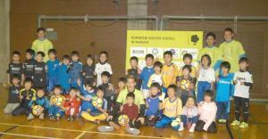サッカースクールの参加者と記念撮影するMF小林(前列中央)