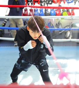 リングのトップロープにひもを張り、真ん中に立って攻守の練習をする京口(カメラ・森田 俊弥)